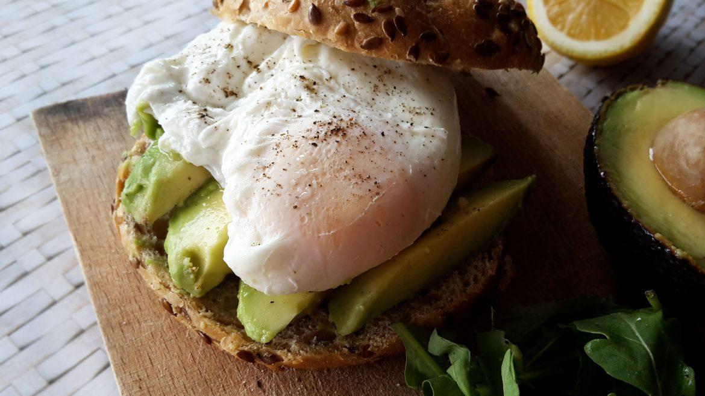 Sandwich cu avocado și ou poșat