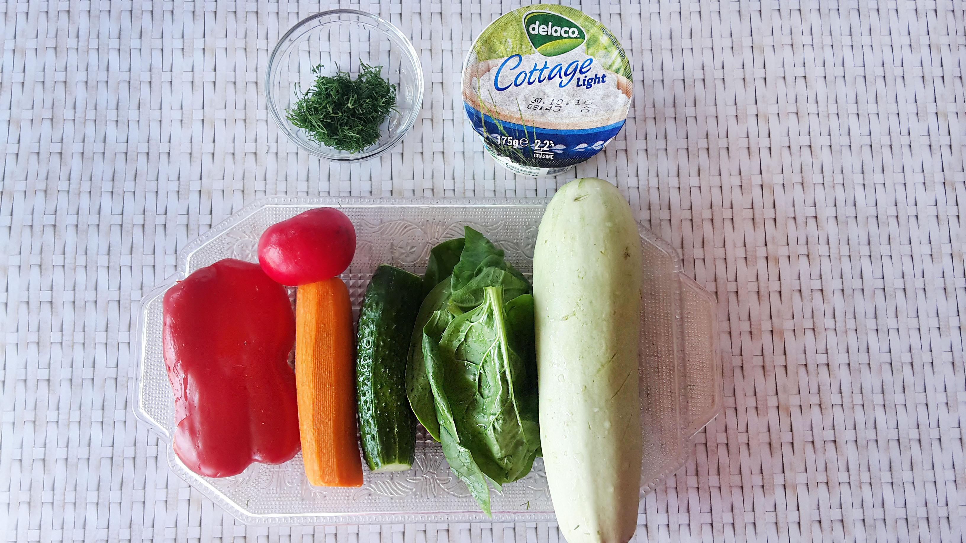 rulouri de dovlecei umplute cu branza de vaci si mix de legume