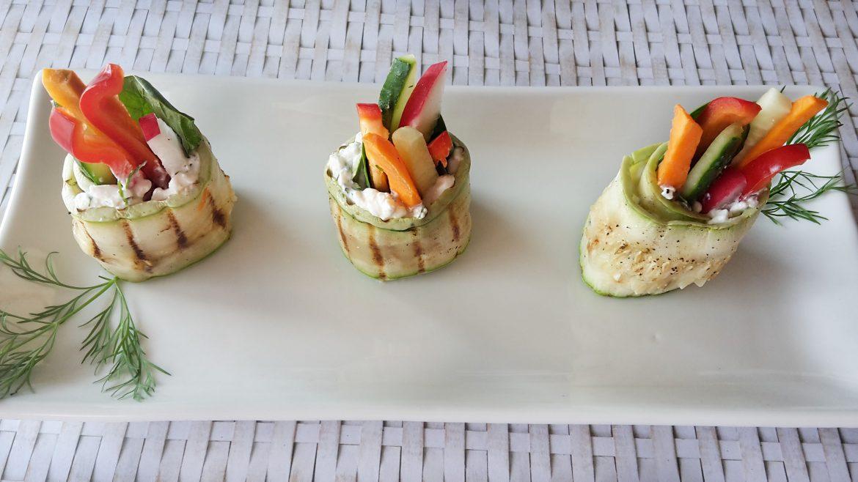 Rulouri de dovlecei umplute cu brânză de vaci și mix de legume