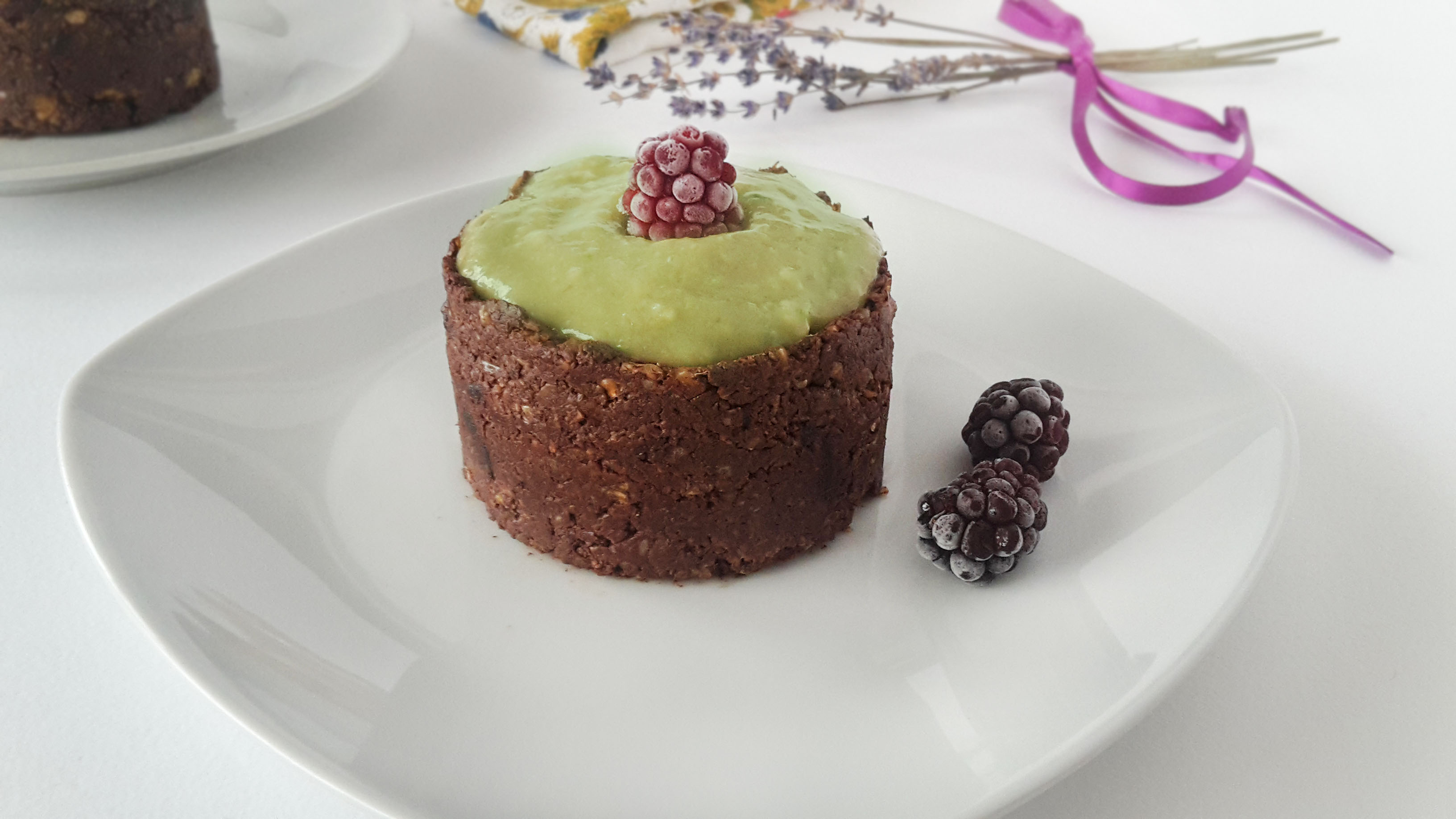 prajitura raw vegana cu nuca si crema de avocado