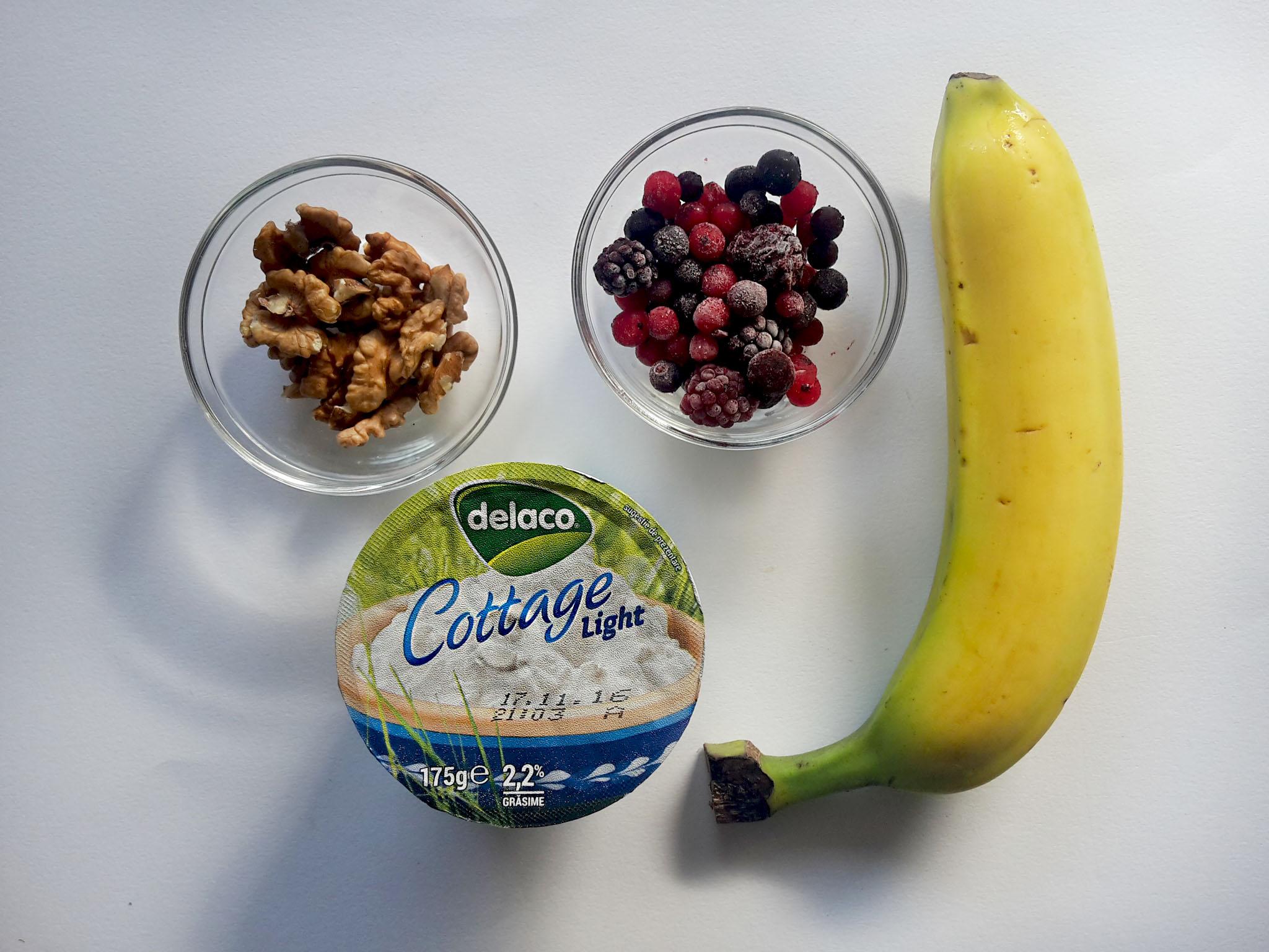 banana split cu cottage cheese, fructe de pădure și nuci