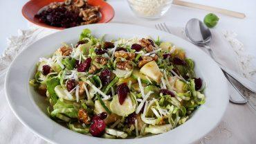 Salata cu varza de bruxelles, mere si nuci