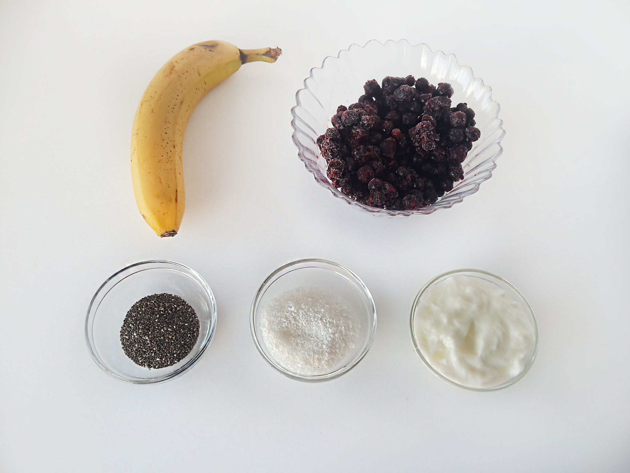 smoothie cu banana si coacaze negre