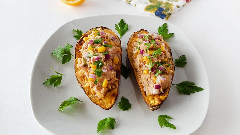 cartof dulce umplut cu ton, porumb și ceapă roșie
