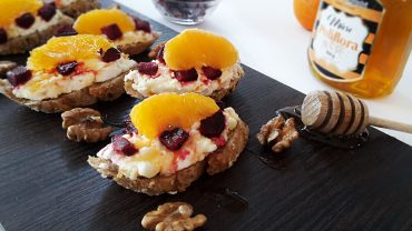 Crostini with cheese, beetroot and orange