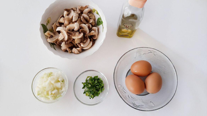 Omleta cu ciuperci si salsa de rosii