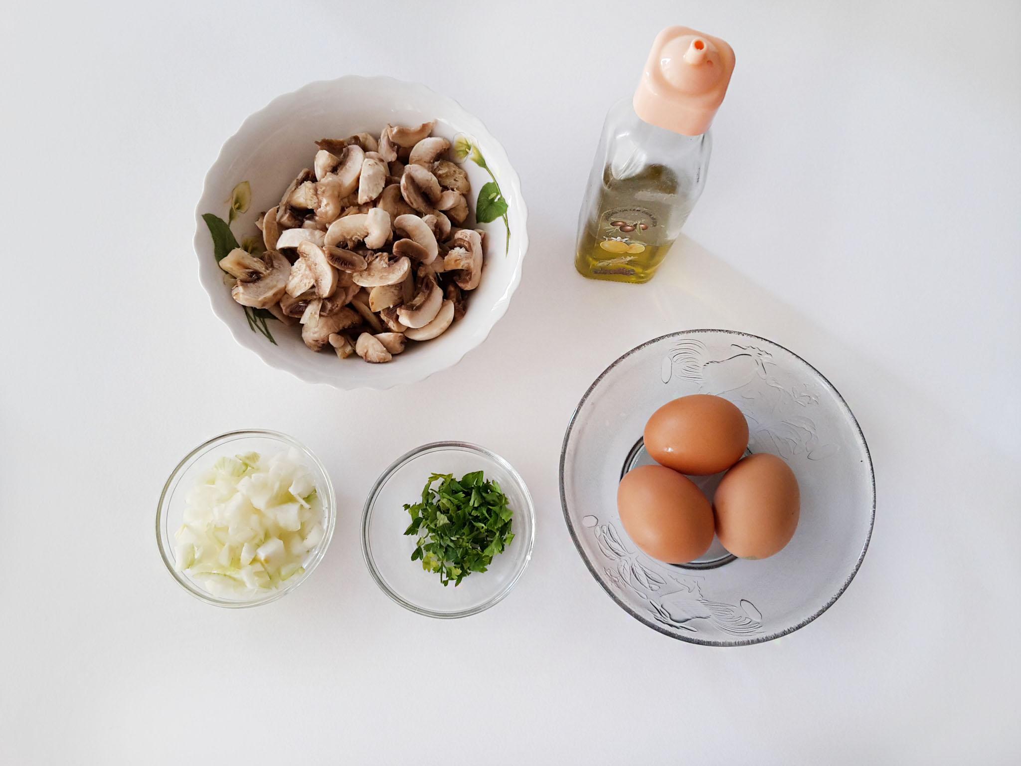 omleta cu ciuperci si salsa de rosii 00