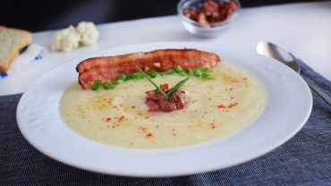 Cauliflower cream soup with crispy bacon