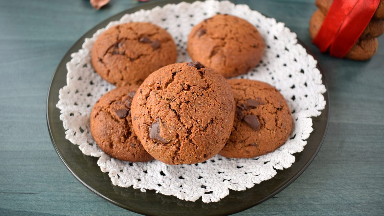 biscuiti cu faina integrala si ciocolata . wholewheat flour cookies with chocolate