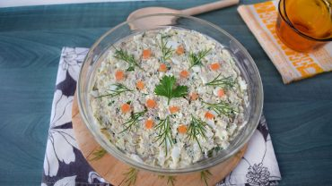 Salad with smoked mackerel and greek yogurt