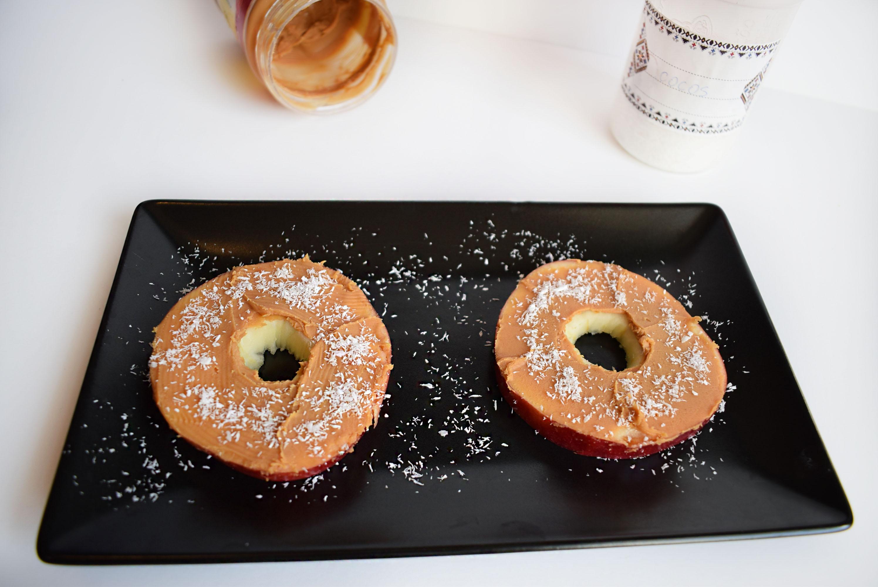 gustari cu unt de arahide - inele de mere 2 - foodieopedia