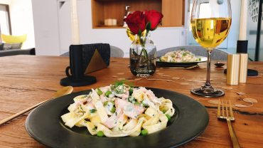 Tagliatelle with salmon and green peas