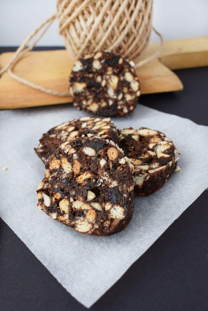 salam de biscuiti cu prune uscate si migdale 1