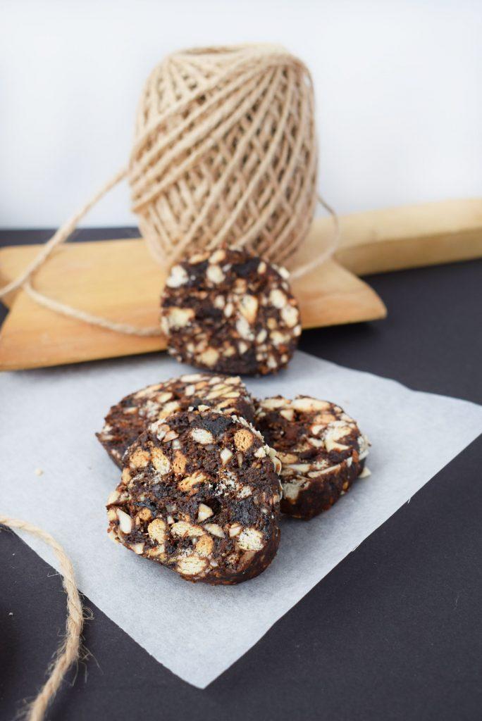 salam de biscuiti cu prune uscate si migdale