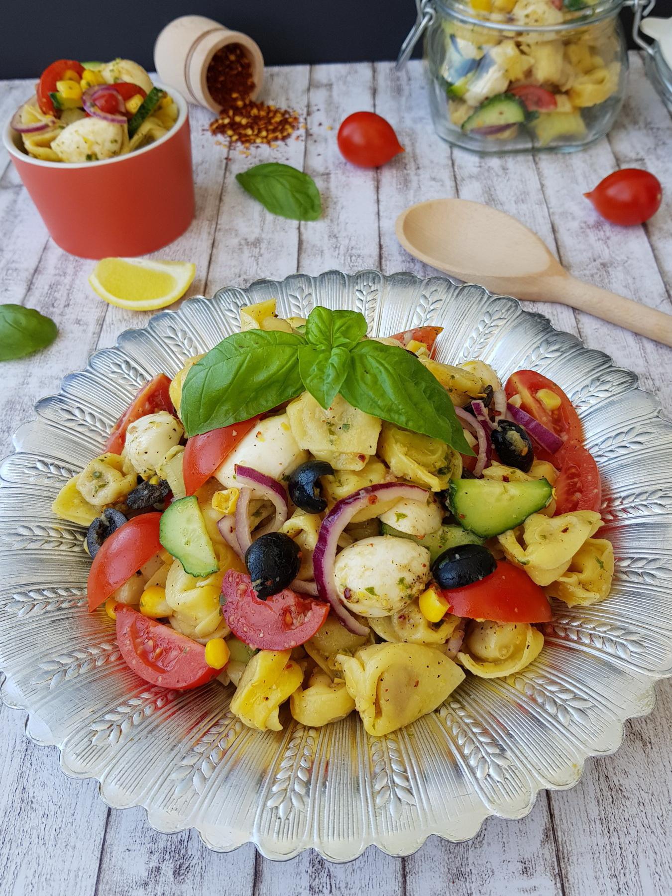 salata cu tortellini si mozzarella 5 - foodieopedia