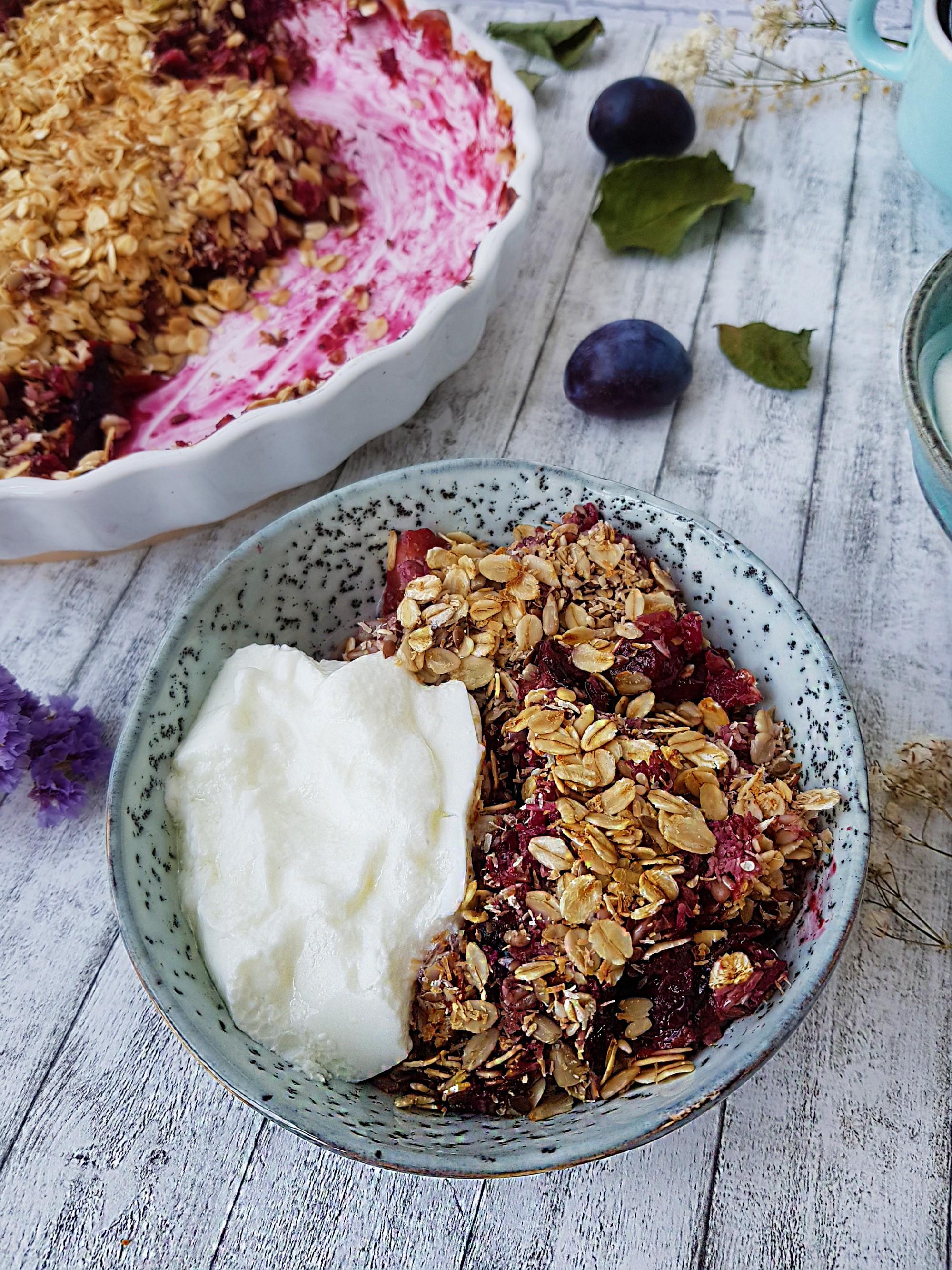 crumble cu prune si coacaze-foodieopedia