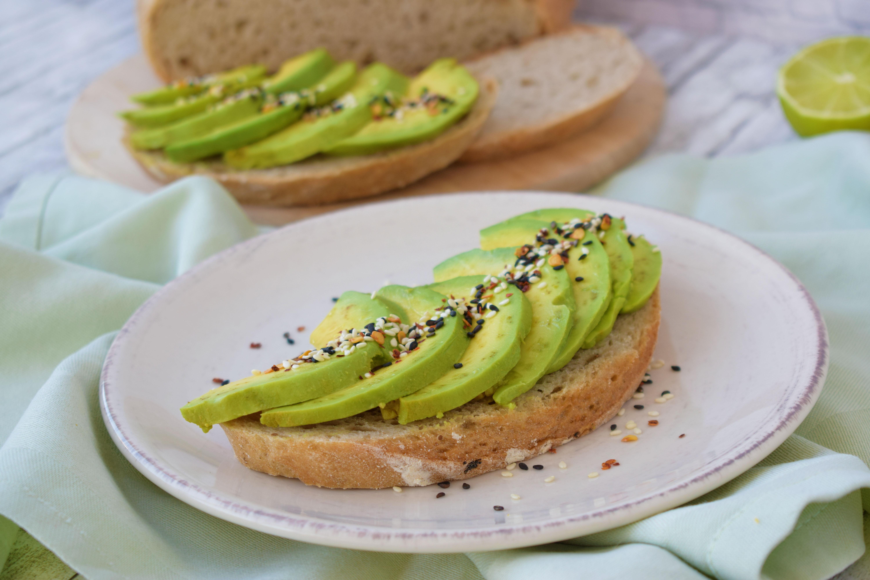 toast cu avocado - foodieopedia.ro