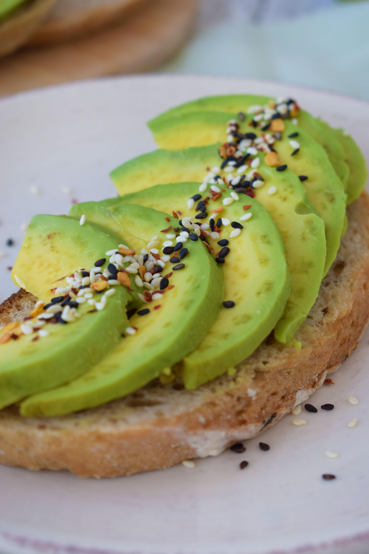 toast cu avocado si paine cu chimen
