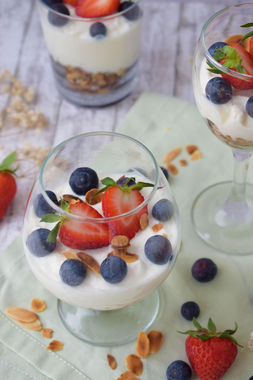 cheesecake la pahar cu ricotta si granola - foodieopedia