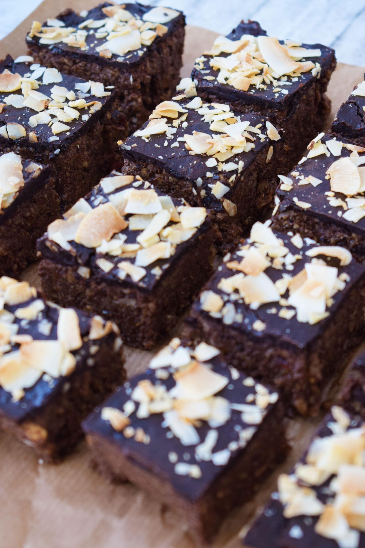 raw brownie cu nucă - foodieopedia.ro