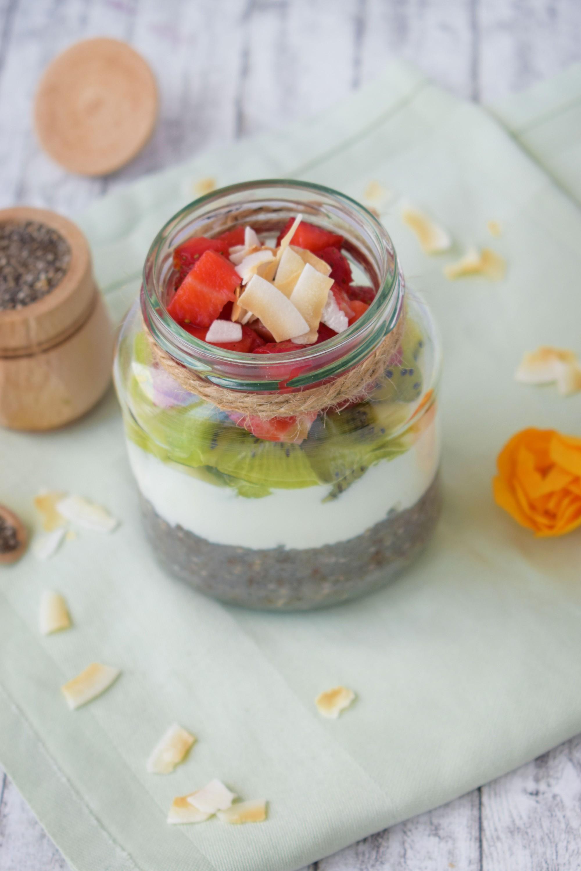 budinca de chia, iaurt, fructe
