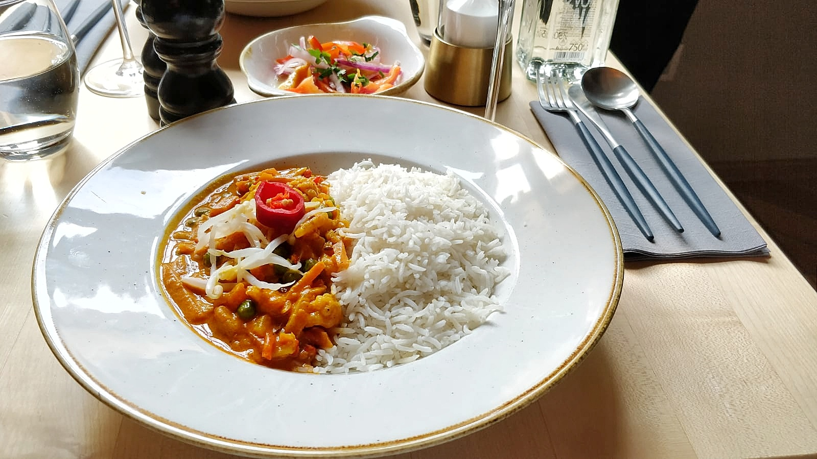 red thai coconut curry - samsara cluj