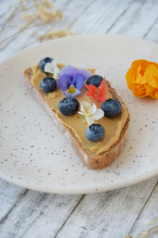 toast cu unt de arahide - foodieopedia.ro