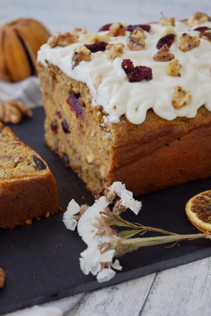 Carrot Cake cu merisoare si crema de branza - foodieopedia.ro