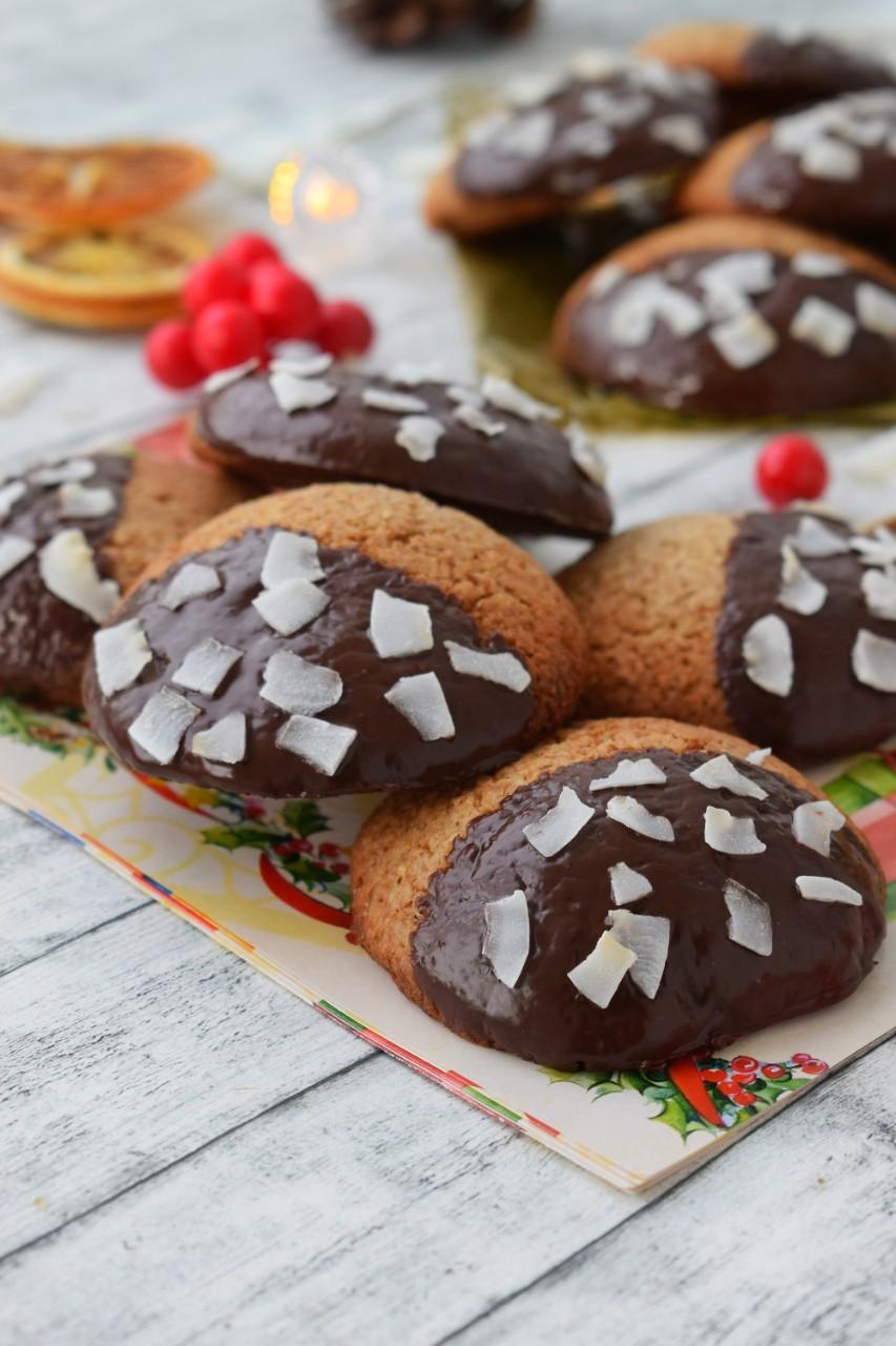 Biscuiti vegani cu ciocolata si cocos - foodieopedia.ro