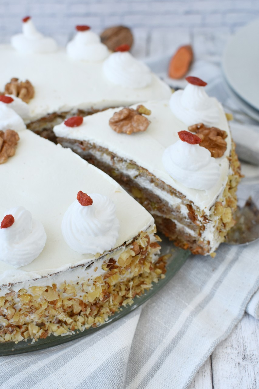 Carrot cake cu crema de branza - foodieopedia.ro