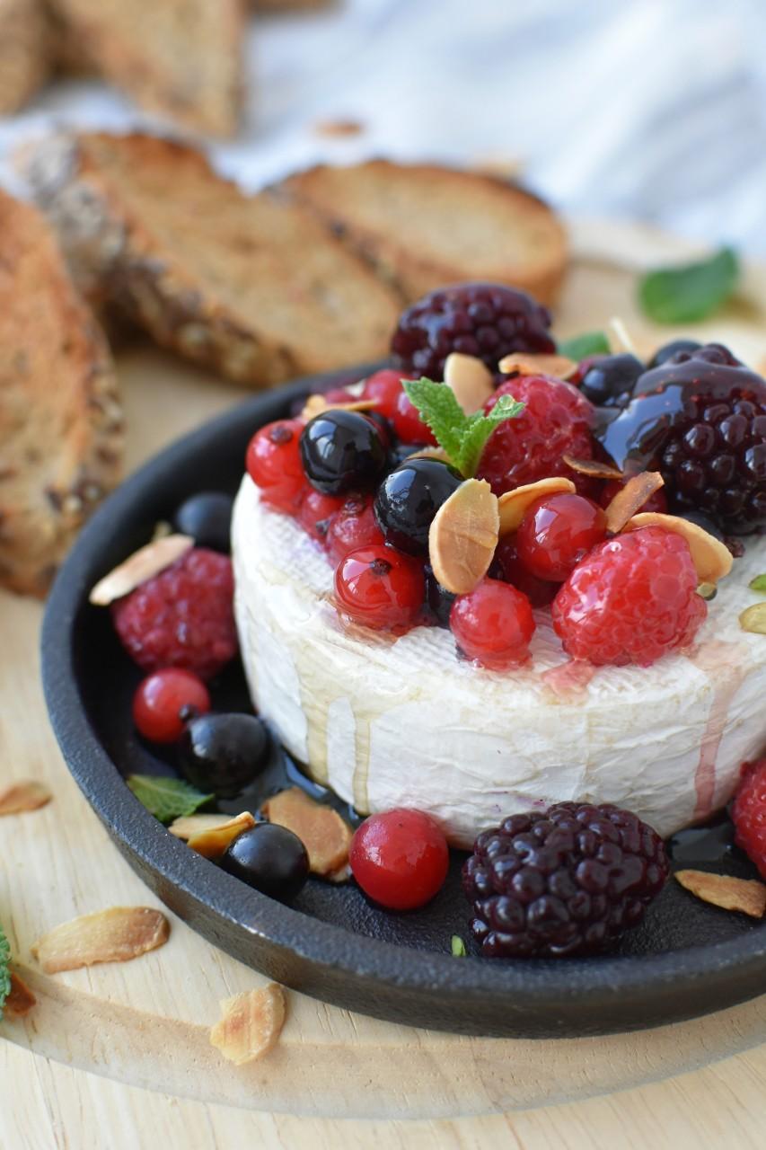 Brie la cuptor cu fructe de padure - foodieopedia.ro
