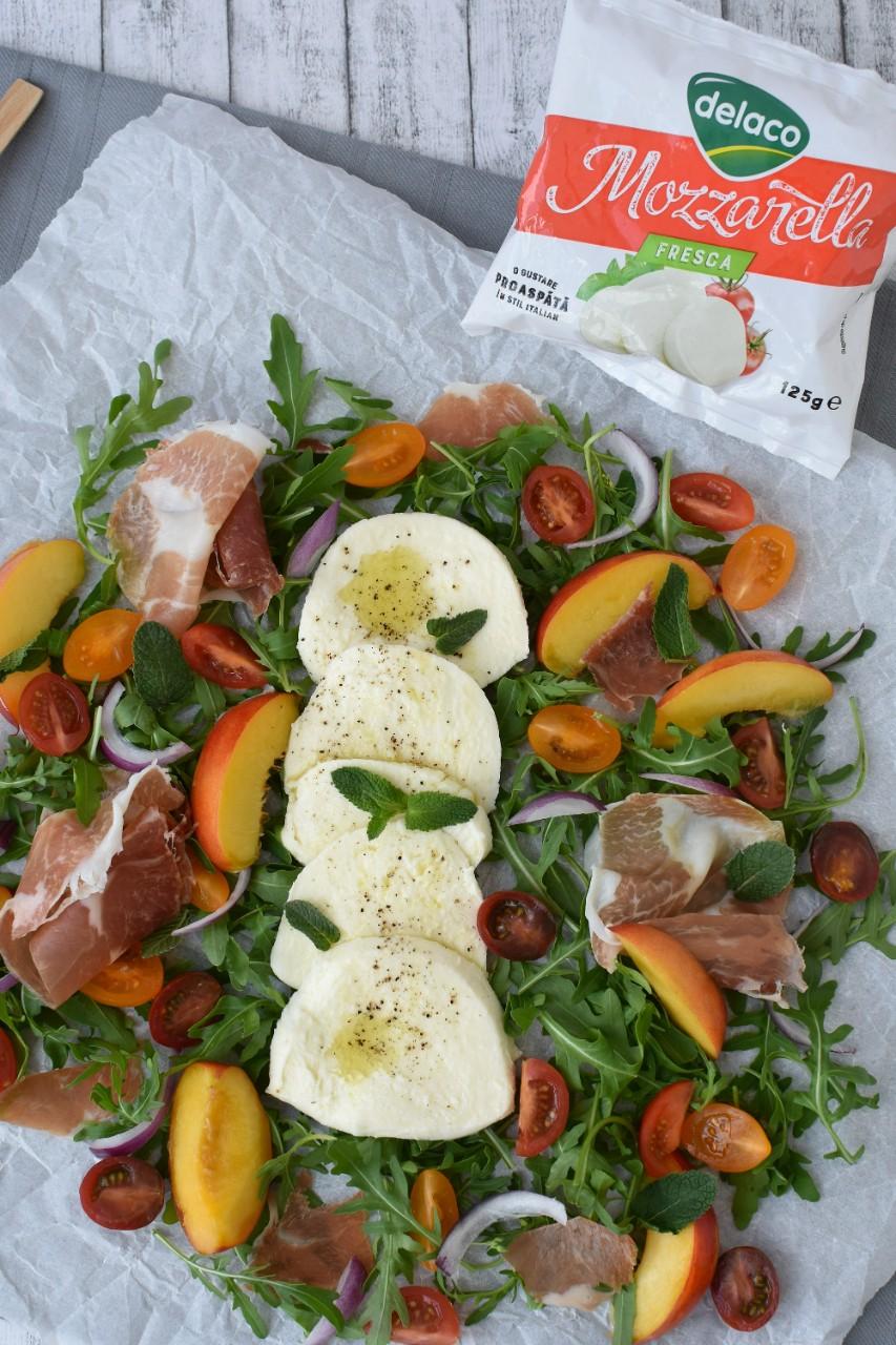 Salata-cu-mozzarella Delaco-nectarine-si-prosciutto-foodieopedia.ro