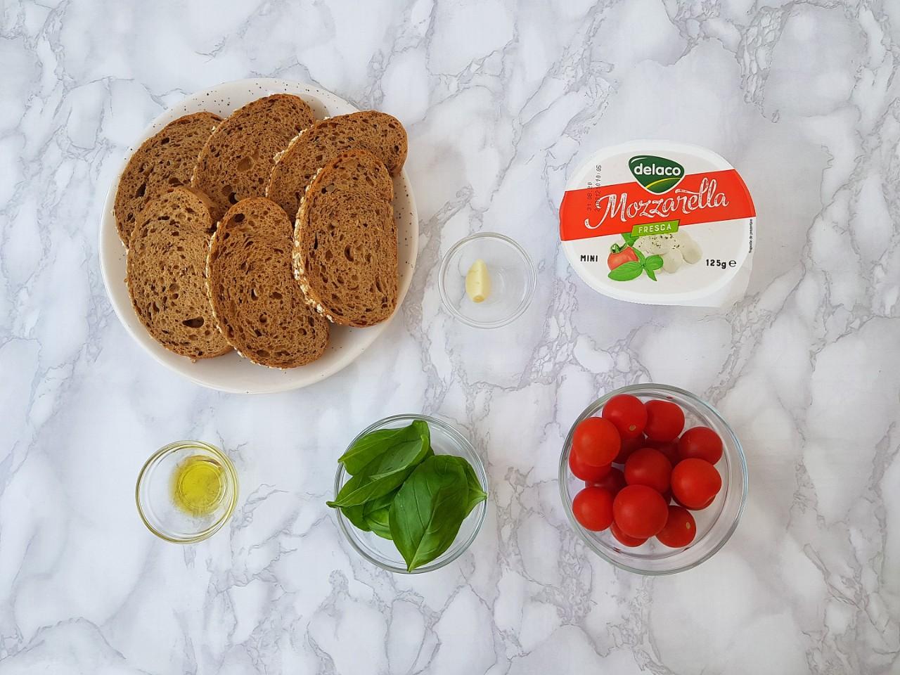 Bruschete Caprese - foodieopedia.ro