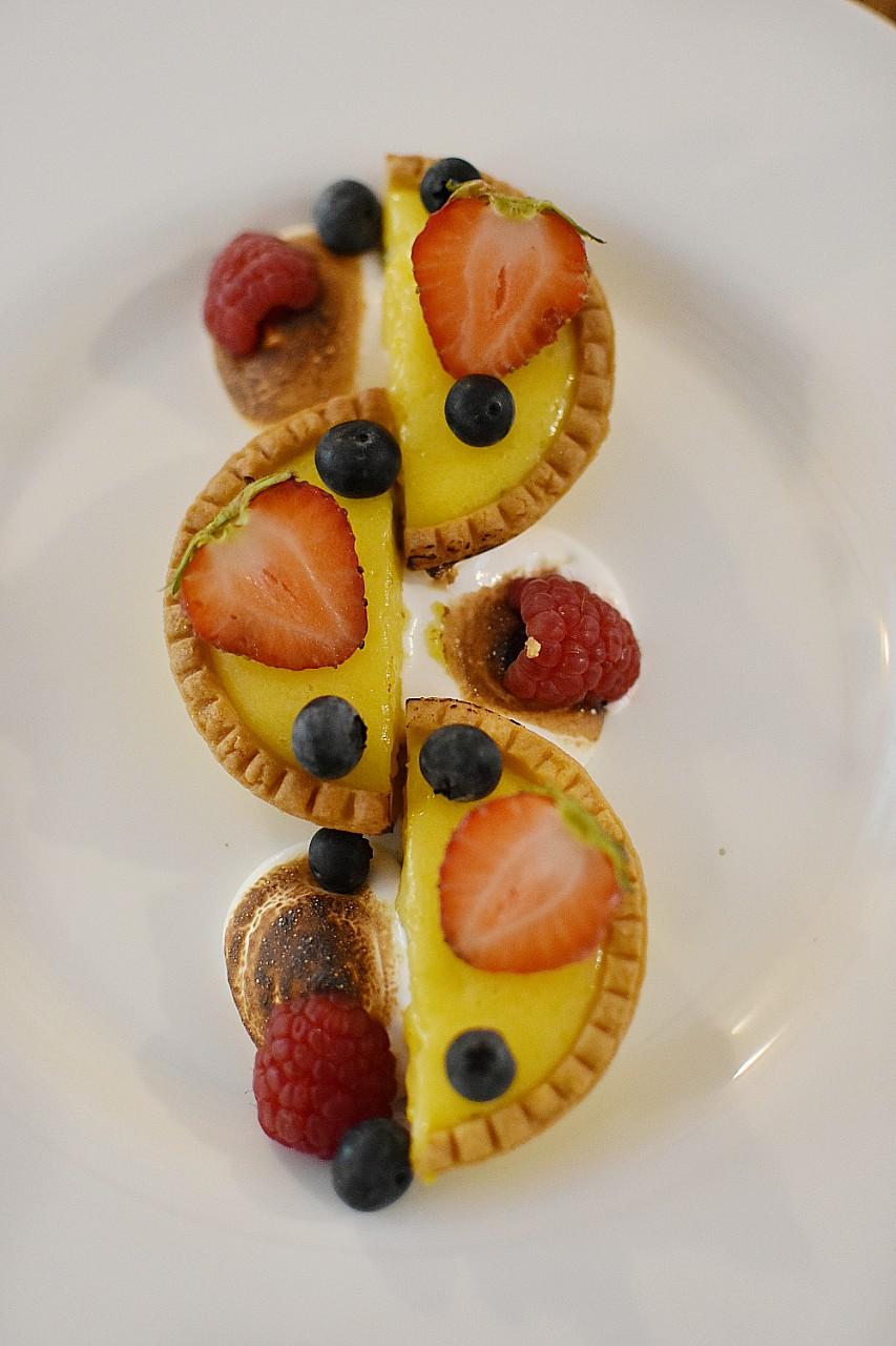 Tarta cu lămâie și busuioc, fructe proaspete și bezea