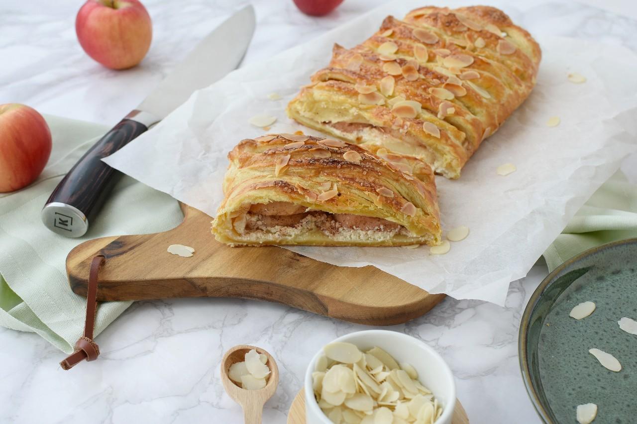 Strudel din foietaj cu mere si crema de branza - foodieopedia