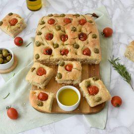 Focaccia cu rosii si masline verzi - foodieopedia