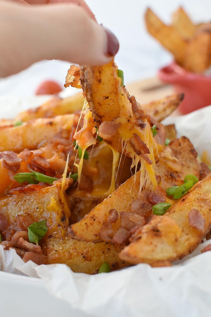 Cartofi wedges cu cheddar si bacon - foodieopedia