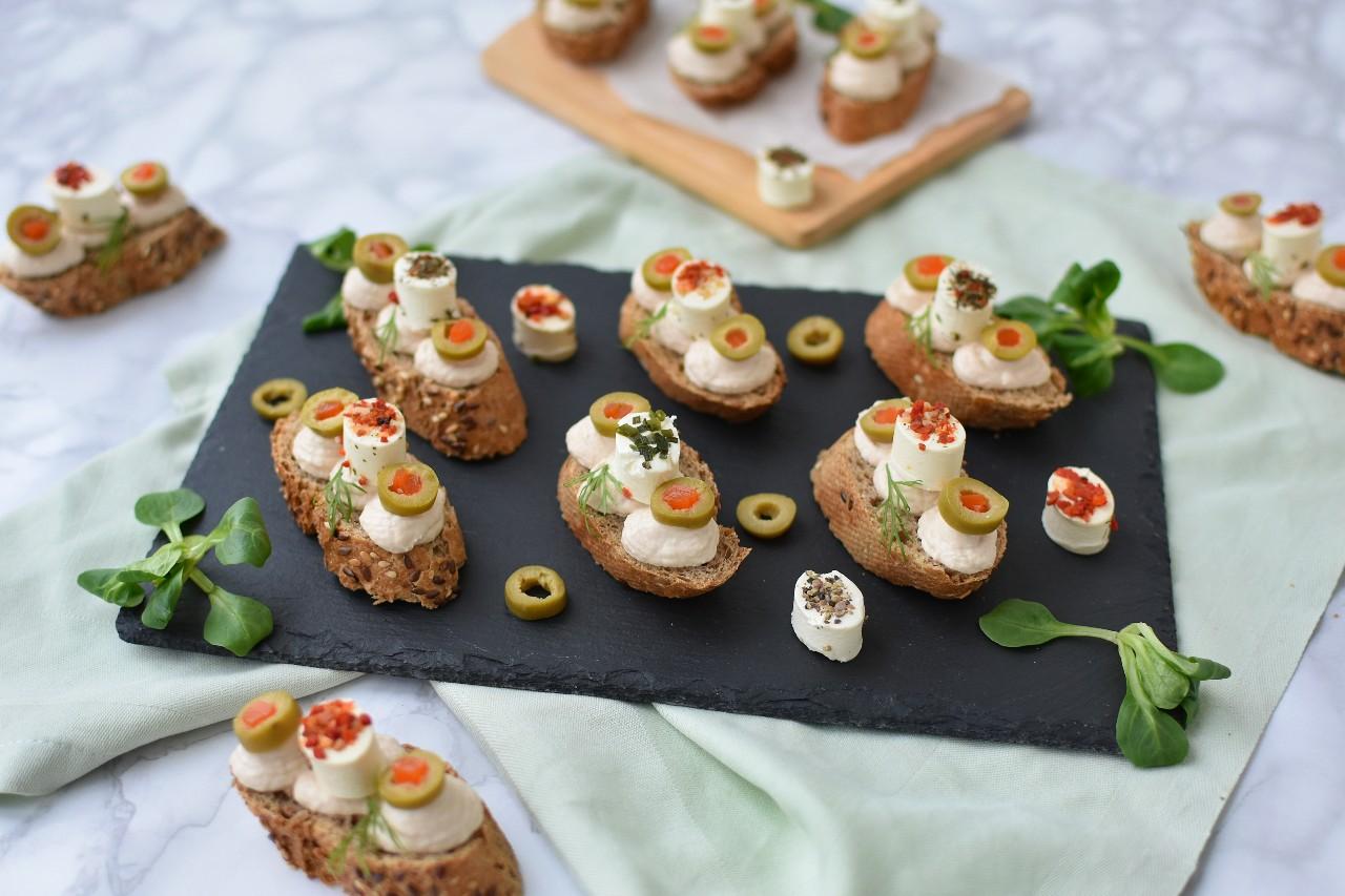 Crostini cu mousse de ton si aperifrais - foodieopedia