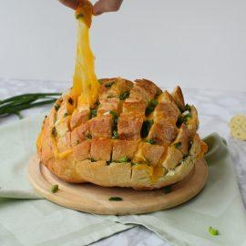 Paine cu cheddar, unt si usturoi - foodieopedia.ro