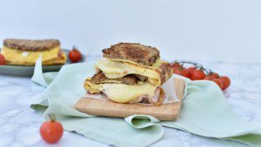 Sandwich cu omleta si cascaval