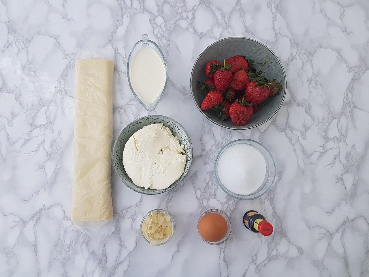 Tarte din foietaj cu mascarpone si capsuni - foodieopedia