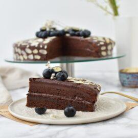 Tort de post cu crema de ciocolata amaruie - foodieopedia