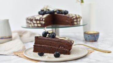 Tort de post cu crema de ciocolata amaruie