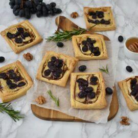 Mini tarte cu camembert si struguri