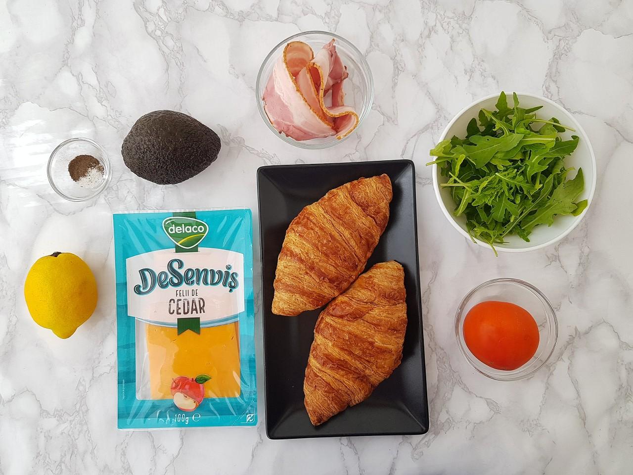 Sandwich cu avocado, bacon si cheddar - foodieopedia