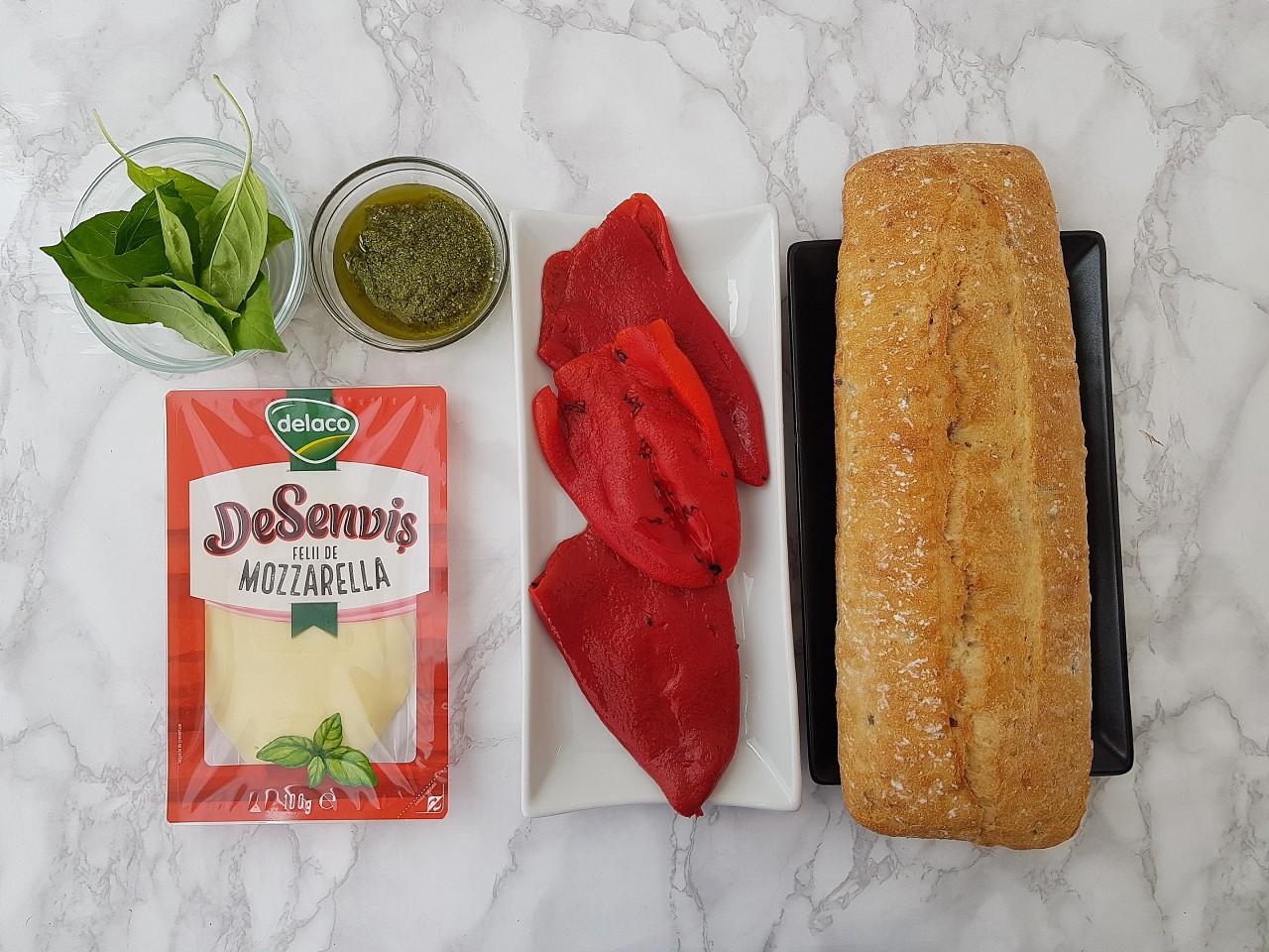 Sandwich cu mozzarella si ardei copt - foodieopedia