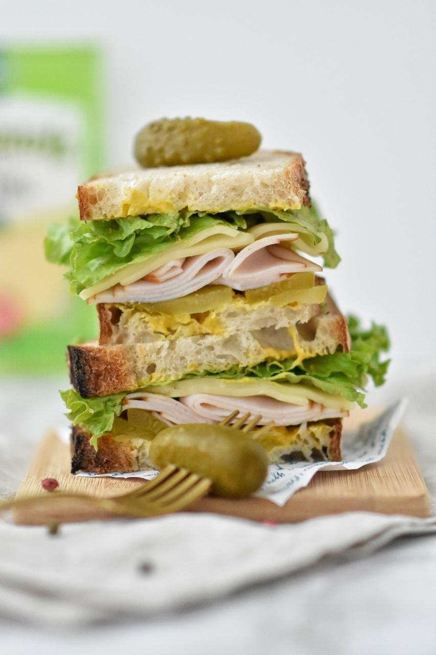 Sandwich cu sunca de curcan, castravete murat si cascaval - foodieopedia