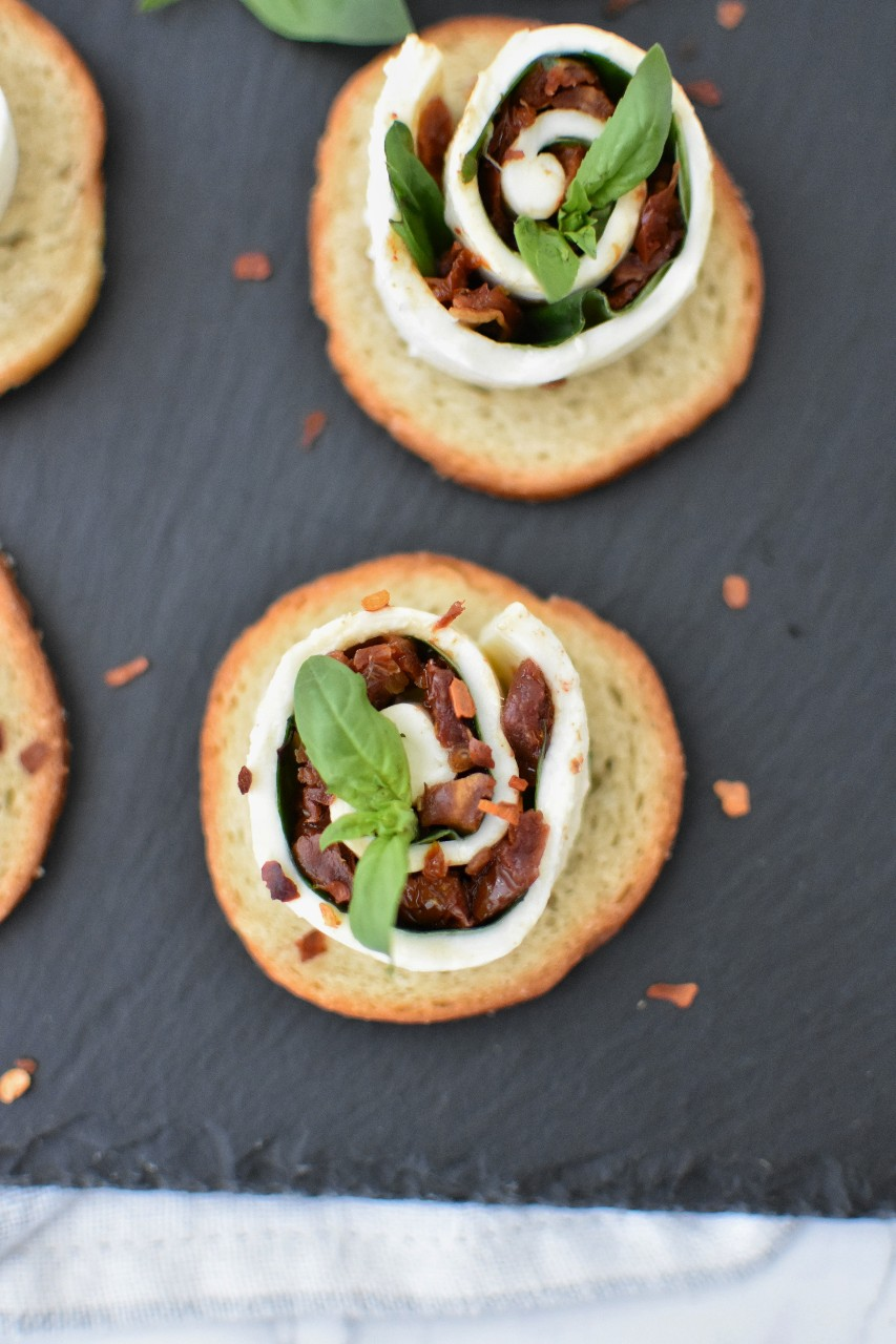 Mozzarella rollo cu rosii uscate - foodieopedia